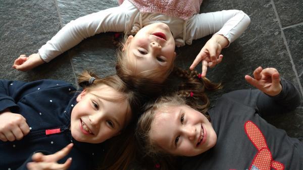 Mia, Martha und Milla haben ein schwebendes Kunstwerk entdeckt. | Rechte: NDR/Astrid Reinberger