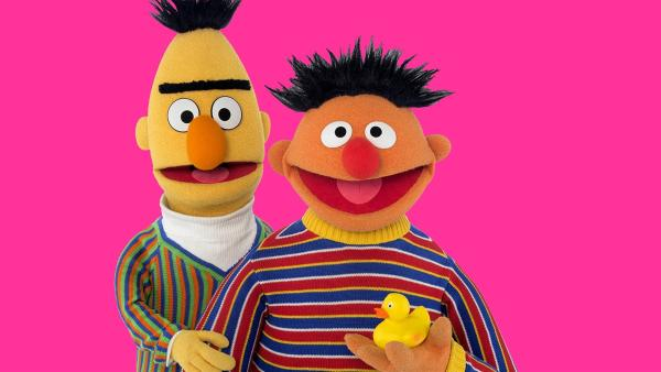 Ernie (r.) fragt sich, wie sich sein Quitscheentchen fühlt. | Rechte: NDR/Thorsten Jander