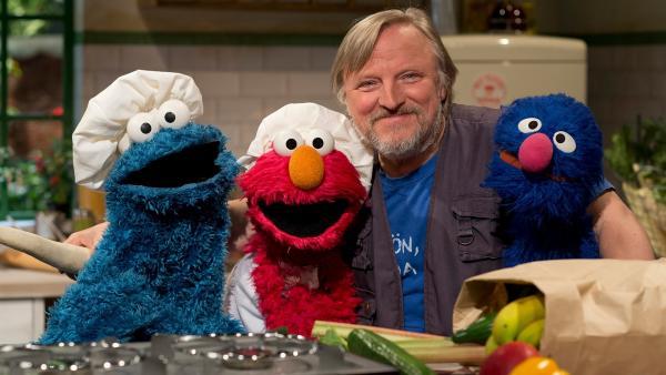 (v.l.n.r.) Krümel, Elmo, Axel und Grobi kochen zusammen. | Rechte: NDR