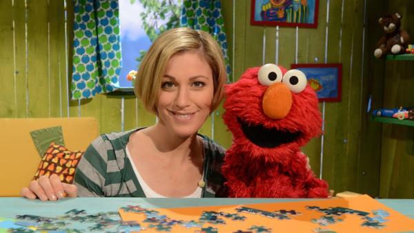 Elmo (re.) und Julia (li.) pflanzen eine Sonnenblume an. | Rechte: NDR