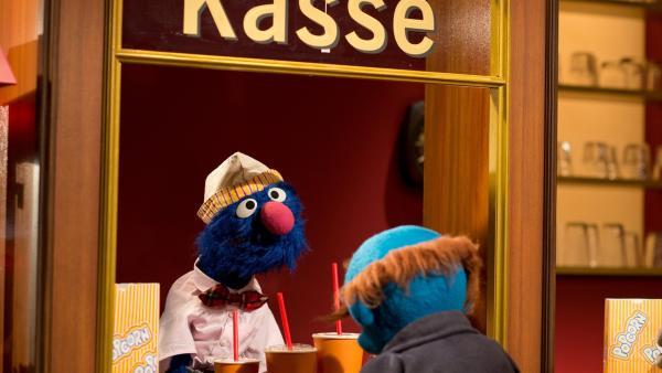 Klein, mittel oder groß? Kinobetreiber Grobi (li.) kennt sich aus. | Rechte: NDR
