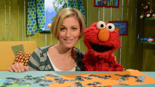 Elmo (re.) baut einen Turm mit Julias Hilfe (li.). | Rechte: NDR