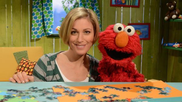 Elmo (re.) kann nicht einschlafen. Julia (li.) hilft. | Rechte: NDR