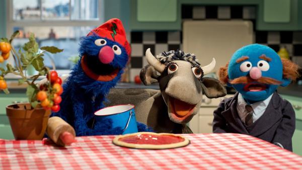Grobi (li.) backt eine Pizza für den Blauen (re.) | Rechte: NDR