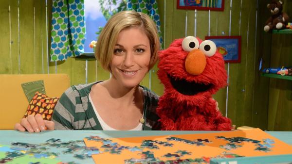 Elmo (re.) malt mit Julias (li.) Hilfe einen Regenbogen.   Rechte: NDR