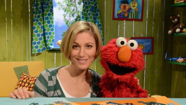 Elmo (re.) hat für Julia (li.) Verkehrsschilder aufgebaut. | Rechte: NDR