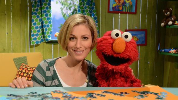 Elmo (r.) verliest den Wetterbericht, Julia (l.) möchte gerne mitmachen. | Rechte: NDR
