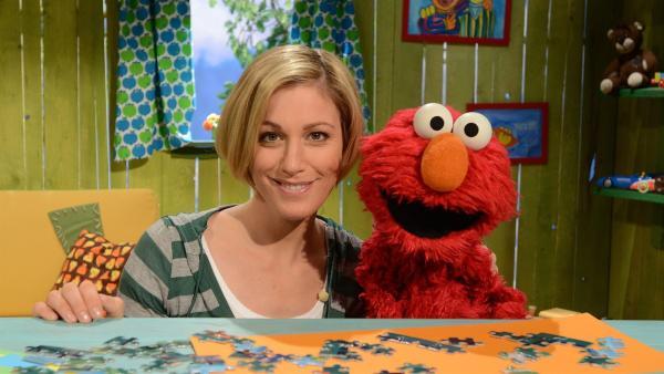 Elmo (re.) malt Julia (li.).   Rechte: NDR