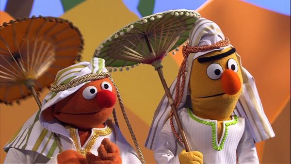 Ernie und Bert sind unterwegs.   Rechte: NDR