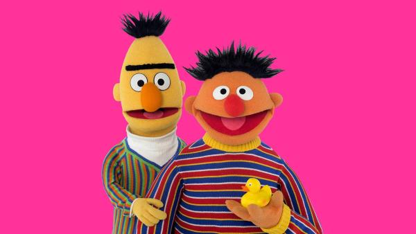 Bert (li.) lernt von Ernie (re.) zu bitten.   Rechte: NDR