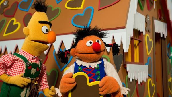 Ernie (re.) und Bert (li.) als Hänsel und Gretel | Rechte: NDR
