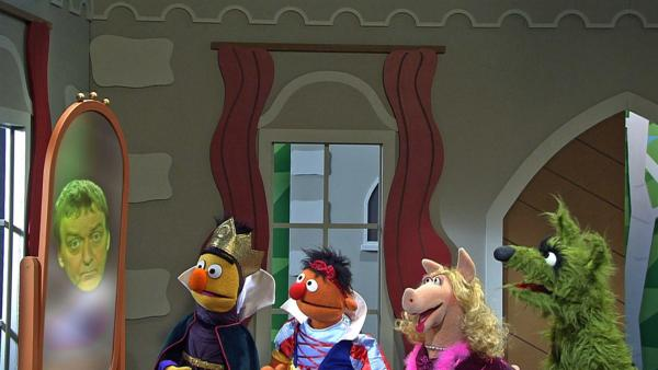 Schneewittchen (Ernie) und die Königin (Bert) schauen in den Spiegel. | Rechte: NDR