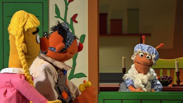 Ernie und Bert besuchen als Pechmarie und Goldmarie Frau Holle.   Rechte: NDR