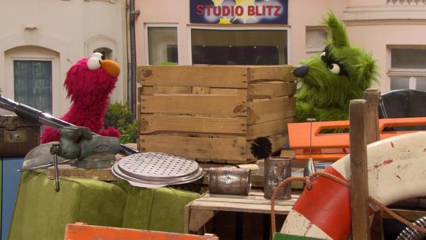 Wer bekommt die Kiste? Elmo (l.) und der Wolf (r.) streiten. | Rechte: NDR