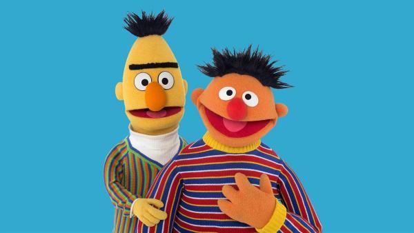 Ernie (r.) weckt Bert (l.) mitten in der Nacht   Rechte: NDR
