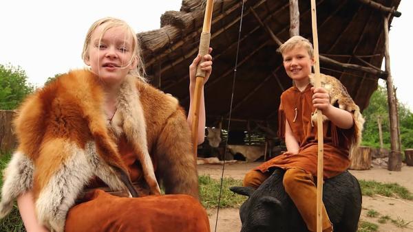 Mia und Noah als Jäger und Sammler | Rechte: NDR