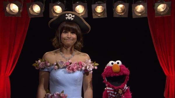 Cristina (l.) und Elmo (r.) erklären, was eine Schauspielerin macht. | Rechte: NDR