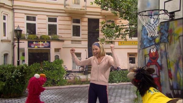 Elmo, Julia und Pferd spielen Basketball. | Rechte: NDR