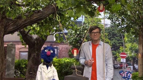 Was macht eigentlich ein Wissenschaftler? Grobi (li.) und Ralph (re.) wissen es. | Rechte: NDR