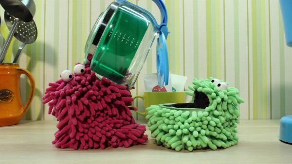 Wisch und Mop haben Spaß in der Küche. | Rechte: NDR
