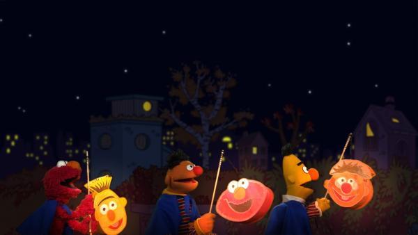 Elmo, Ernie und Bert laufen Laterne. | Rechte: NDR