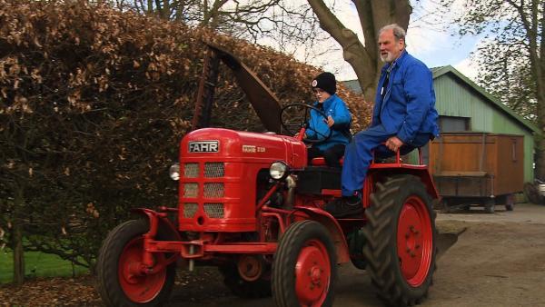 Michel fährt Trecker mit seinem Opa.   Rechte: NDR
