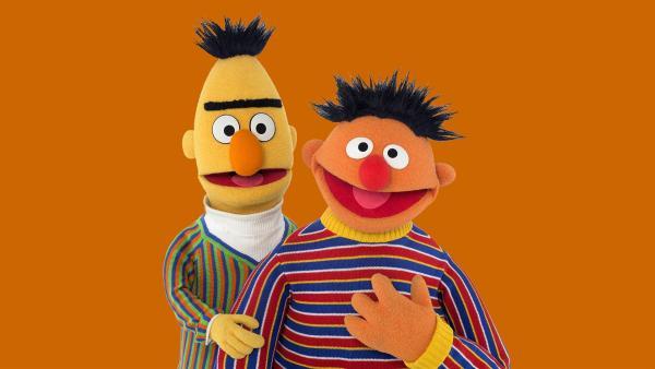 Ernie (re.) weckt Bert (li.) mitten in der Nacht auf. | Rechte: NDR/Thorsten Jander