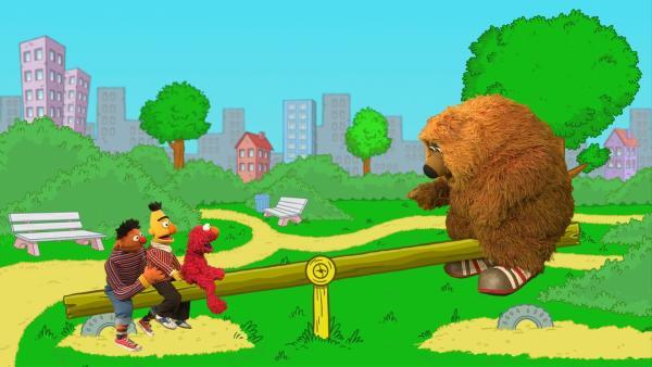 Ernie, Bert, Elmo und Samson (v.l.n.r.) wippen. | Rechte: NDR