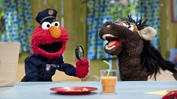 Elmo (li.) und Pferd (re.) ermitteln in einem schweren Fall von Möhrenkuchendiebstahl. | Rechte: NDR
