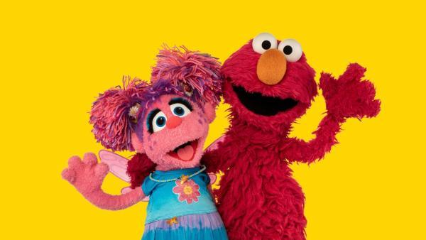Abby (li.) und Elmo (re.) spielen Autofahren. | Rechte: NDR