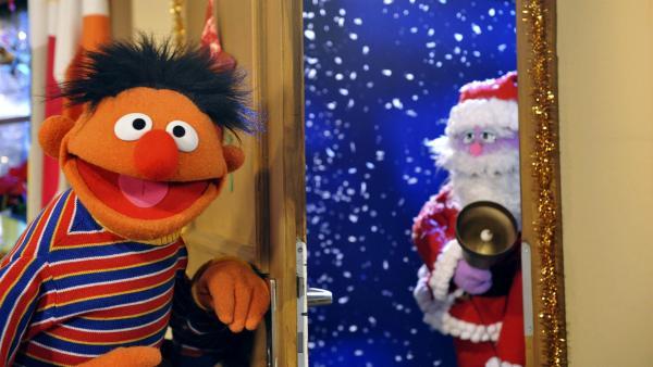 Ernie öffnet dem Weihnachtsmann die Tür. | Rechte: NDR/Studio Hamburg/Boris Laewen