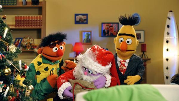 Ernie und Bert begrüßen den Weihnachtsmann. | Rechte: NDR/Studio Hamburg/Boris Laewen