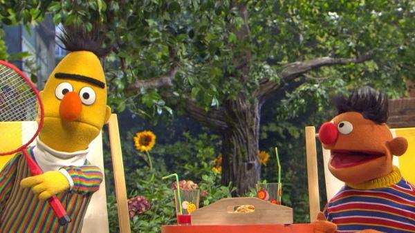 Bert und Ernie im Garten | Rechte: NDR Thorsten Jander Foto: Thorsten Jander
