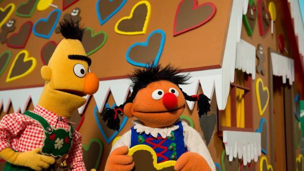 Ernie (r.) und Bert (l.) als Hänsel und Gretel | Rechte: NDR/Sesame Workshop Foto: NDR