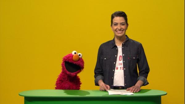 Elmo steht neben Linda Zervakis an einem Pult für Nachrichtensprecher | Rechte: NDR/Sesame Workshop Foto: NDR