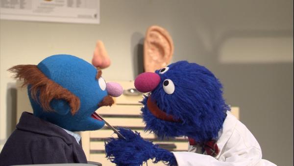 Arzt Grobi (rechts) guckt dem Blauen (links) in den Hals | Rechte: NDR Foto: NDR
