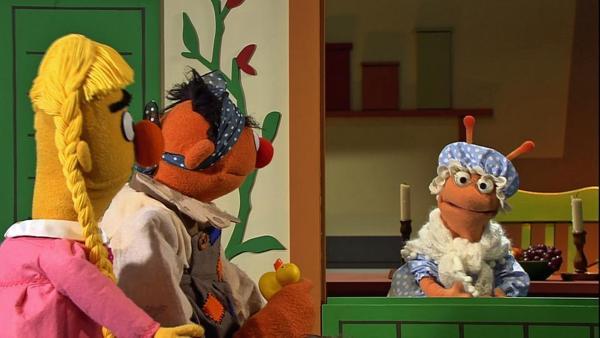 Ernie als Pechmarie und Bert als schöne Goldmarie bei Frau Holle   Rechte: NDR Foto: Thorsten Jander