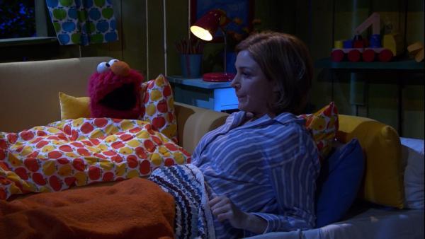 Julia hilft Elmo beim Einschlafen | Rechte: NDR/Sesame Workshop Foto: NDR