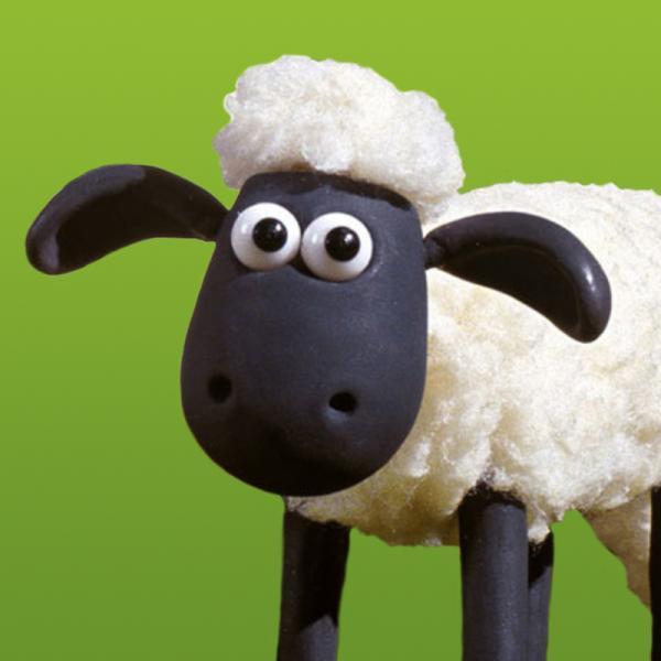 Shaun (vorn, re.) und seine Freunde leben auf der Weide eines idyllisch gelegenen Bauernhofes. | Rechte: WDR/Aardman Animations Ltd.