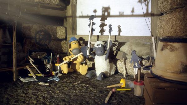 Tri tra tralala: Bitzer und Shaun machen aus der Scheune eine Theaterbühne. | Rechte: WDR/Aardman Animation Ltd./BBC