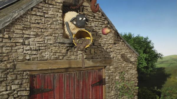 Kaum ist der Kontrolleur im Bauernhaus verschwunden, bricht zwischen den Schafen und Schweinen eine Schlammschlacht aus.    Rechte: © KiKA