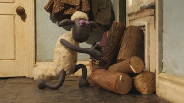 Shaun möchten Bitzer helfen, sein warmes Plätzchen vor dem Kamin zu behalten.    Rechte: © KiKA