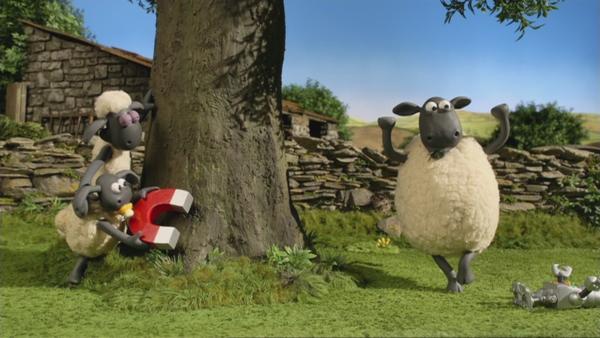 Shaun hat eine geniale Idee, wie er den diebischen Vogel austricksen kann: Mit einem großen Magneten.    Rechte: © KiKA