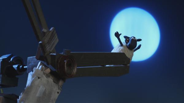 Shaun und die anderen Schafe entdecken, dass sich das lärmende Windrad noch viel besser als Riesenrad eignet.  | Rechte: © KiKA