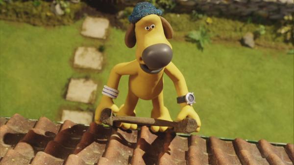 Bitzer klettert auf das Dach, um die Antenne des Fernsehers wieder zu reparieren.    Rechte: © KiKA
