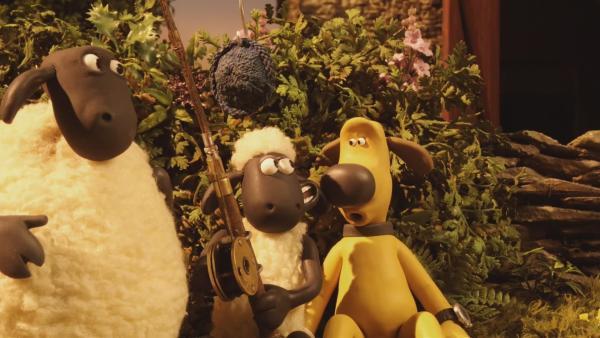 Die Schafe sind empört, weil ihre Decken und Kissen auf dem Dach von Bitzers Hundehütte liegen.  | Rechte: © KiKA