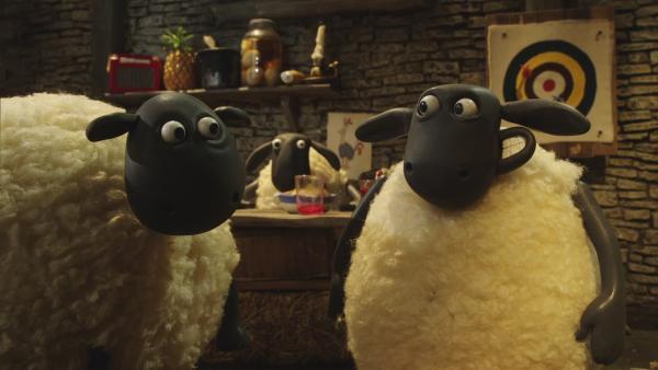 Die Schafe wollen einen gemütlichen Winterabend verbringen. Doch dann stört Bitzer die Runde.    Rechte: © KiKA