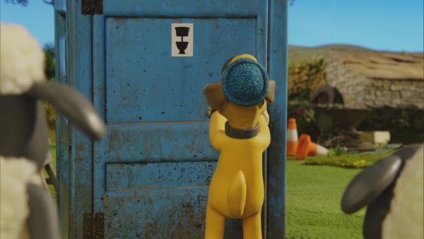 Die Tür vom Baustellenklo klemmt. Bitzer versucht alles, um sie zu öffnen.  | Rechte: © KiKA