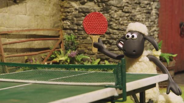 Bitzer und Shaun liefern sich ein spannendes Matsch an der Tischtennisplatte.  | Rechte: © KiKA