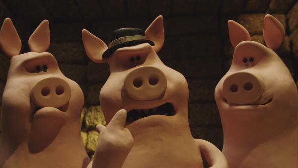 Die Schweine überfallen die Schafe und vertreiben sie von den Heuballen.  | Rechte: © KiKA